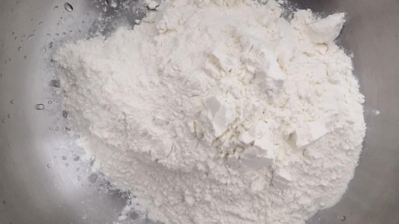 韭菜锅贴,称重准备好,300克面粉,放入盆中