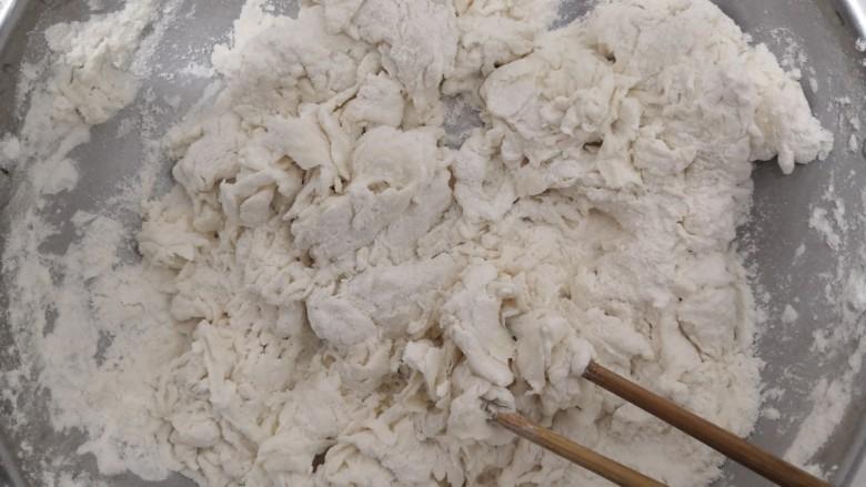 韭菜锅贴,加入温水,把面粉,搅拌成絮状