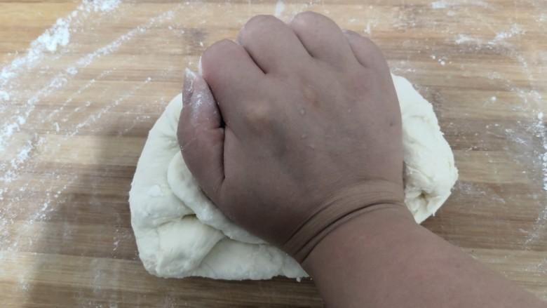 韭菜锅贴,这时,面醒好了,案板上洒上干面粉,把面,揉成,光滑面团