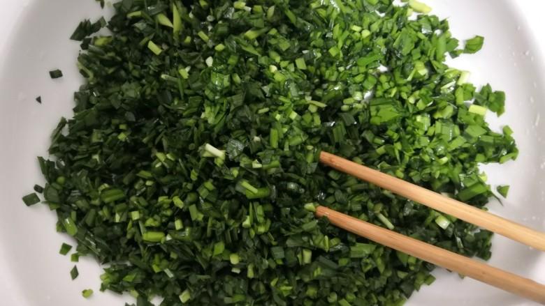 韭菜锅贴,用筷子,搅拌均匀后,备用