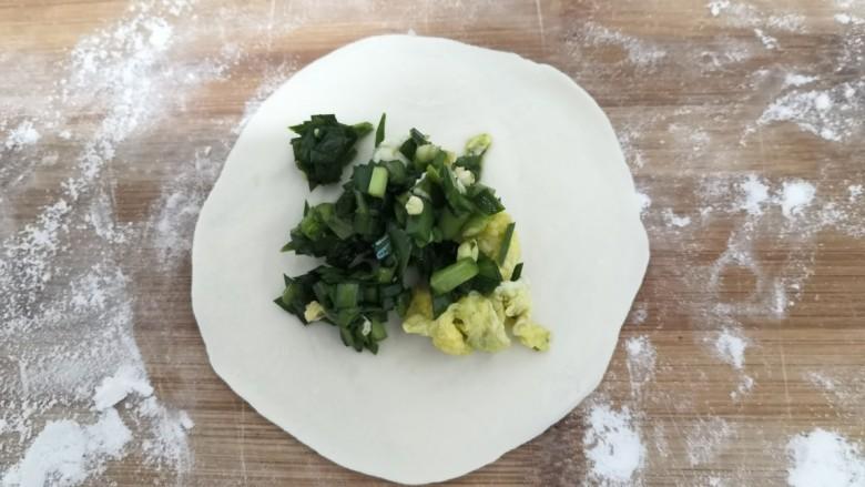韭菜锅贴,中间,放入,韭菜鸡蛋馅儿