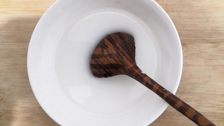 韭菜锅贴,淀粉,加入50克水,搅拌均匀,备用