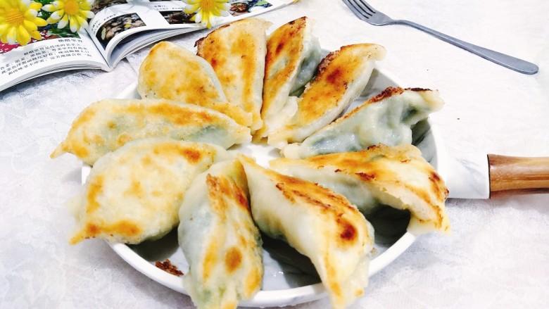 韭菜锅贴,盛盘上桌,每个锅贴,都有脆脆的底部,里面馅儿的汁水饱满