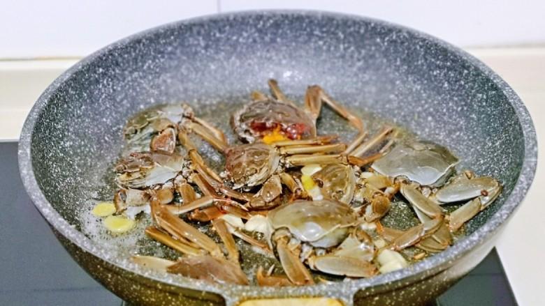 香辣螃蟹,再加入切好的毛蟹煸炒至变色。