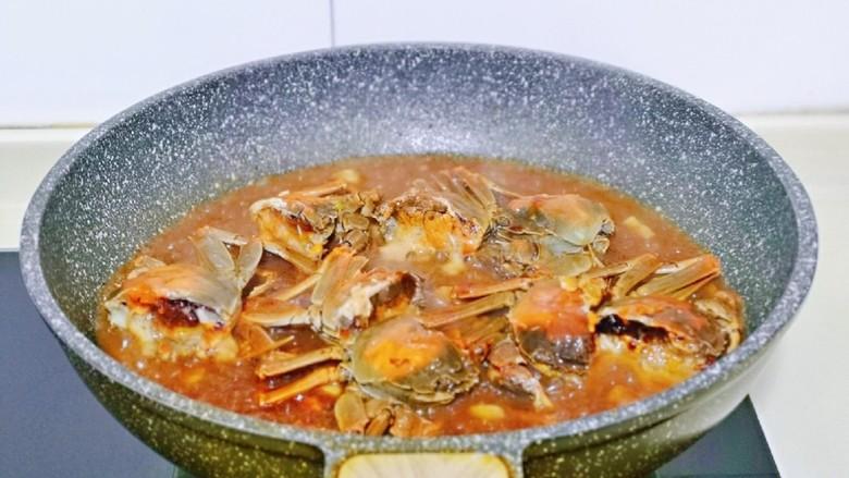 香辣螃蟹,再倒入调好的酱料汁,再加入半碗热水。