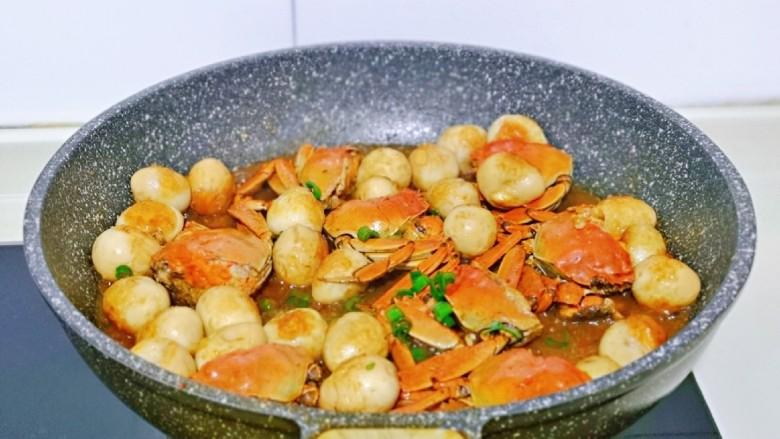 香辣螃蟹,此时毛蟹熟了,大火收汁,撒上葱花即可出锅。
