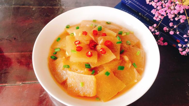 清炒冬瓜片,盛入盘中撒上葱花和小辣椒。