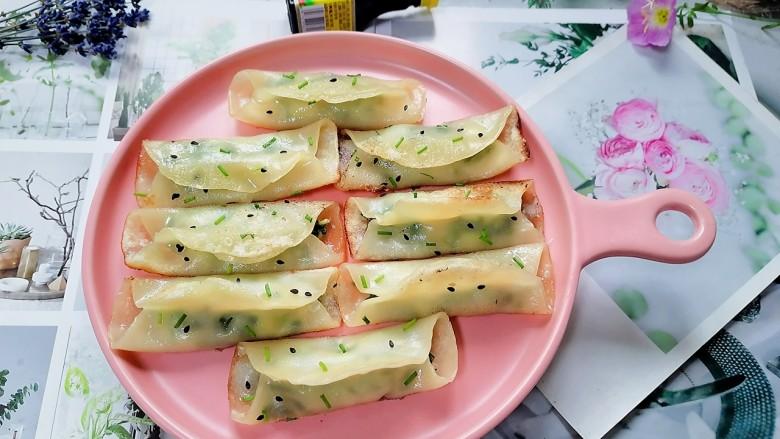 韭菜锅贴,拍上成品图,一道外脆里嫩鲜香可口的韭菜锅贴就完成了。
