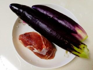 炸茄盒,准备主料,茄子两个,梅花肉一块。