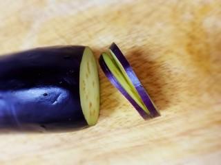炸茄盒,茄子去掉两头,切厚片,中间切开,底部不切断。