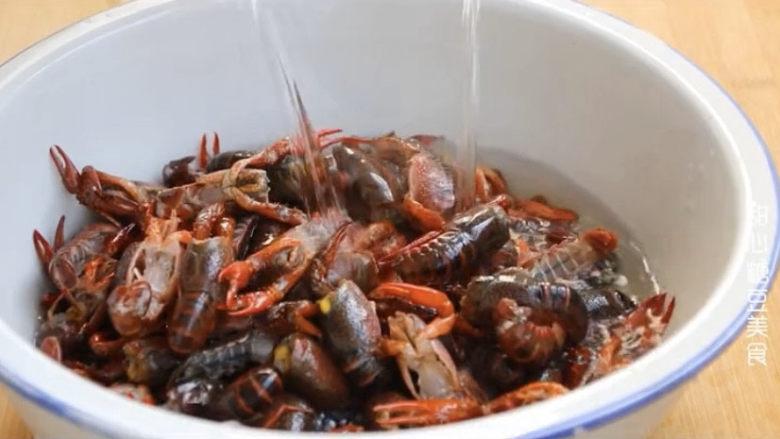 爆炒小龙虾,处理完之后再用清水冲洗两遍,小龙虾算是彻底清洗干净了,可以放心吃了