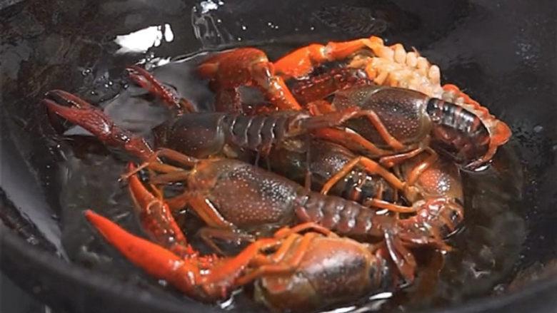 爆炒小龙虾,小龙虾分多次过一下油,备用