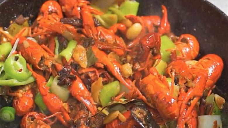 爆炒小龙虾,大火收汁,翻炒均匀出锅