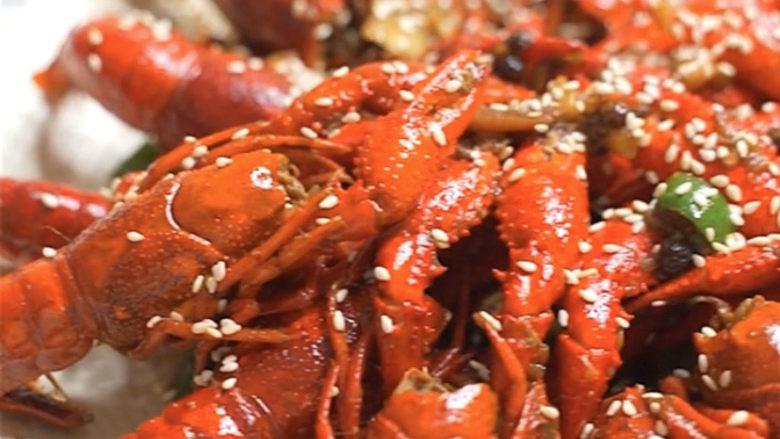 爆炒小龙虾,出锅装盘,洒店芝麻点缀一下。完美,又香又辣,炒鸡好吃,你说是要配可乐呢还是啤酒呢