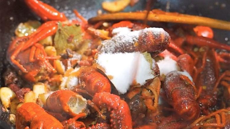 爆炒小龙虾,调入盐适量,生抽适量,少许糖提鲜