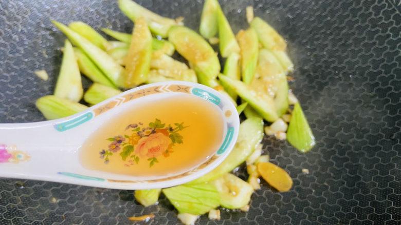 丝瓜炒虾仁,烹入一勺料酒提香