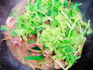 葱爆鱿鱼,加入香芹芯,翻炒均匀。