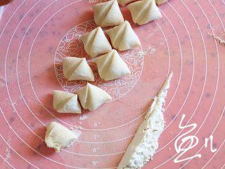 韭菜锅贴,醒好的面团搓成长条,切小块