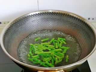 红烧素鸡,锅中加入水烧开,下芦笋,大火焯水30秒,捞出过凉水,再淋干水分备用。