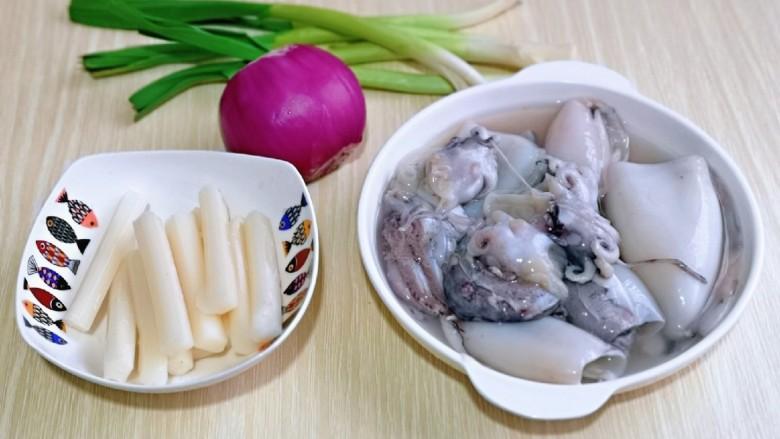 葱爆鱿鱼,准备食材,年糕可以根据个人胃口增加。