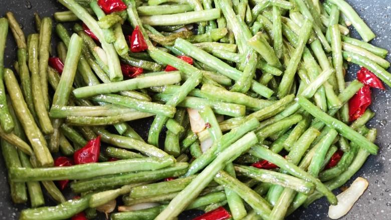 干煸豇豆,翻炒均匀即可。