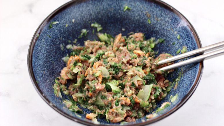 小白菜磷虾大馅馄饨,把所有的食材调料混合拌匀即可。