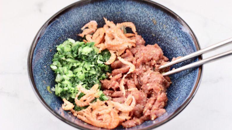 小白菜磷虾大馅馄饨,这个时候加入搅碎的小白菜和磷虾。