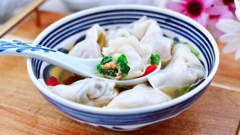 小白菜磷虾大馅馄饨,碗里加入少许生抽和芝麻油,撒上点香菜段和枸杞,把煮好的馄饨放入碗中就可以享用了。