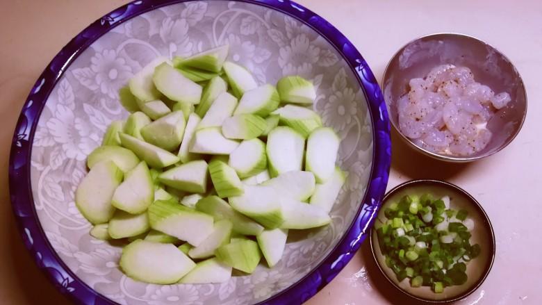 丝瓜炒虾仁,食材全部处理好了