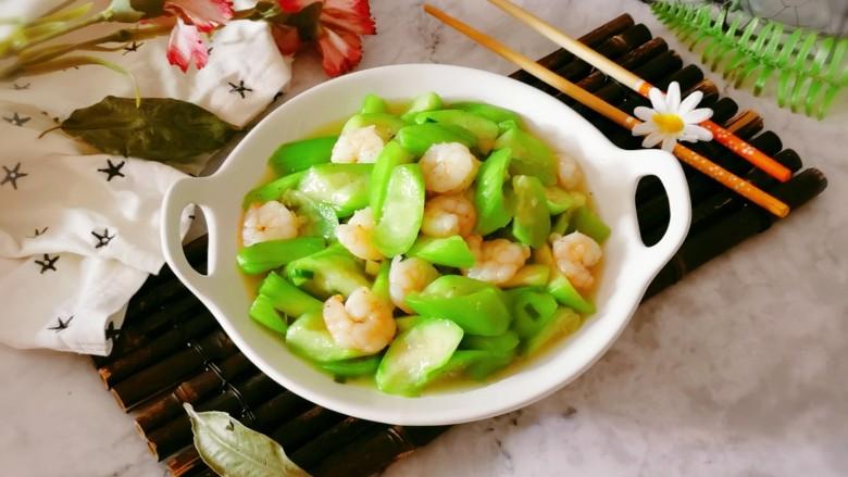 丝瓜炒虾仁,出锅装盘