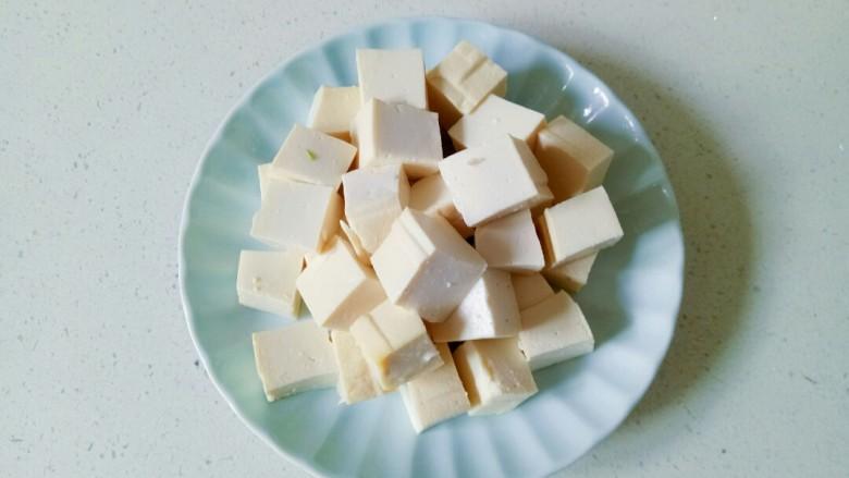 家常烧豆腐,<a style='color:red;display:inline-block;' href='/shicai/ 465'>豆腐</a>用清水冲洗一下,切成小方块