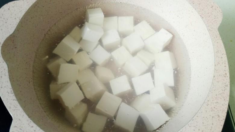 家常烧豆腐,放入豆腐块焯水,捞出沥干水份备用
