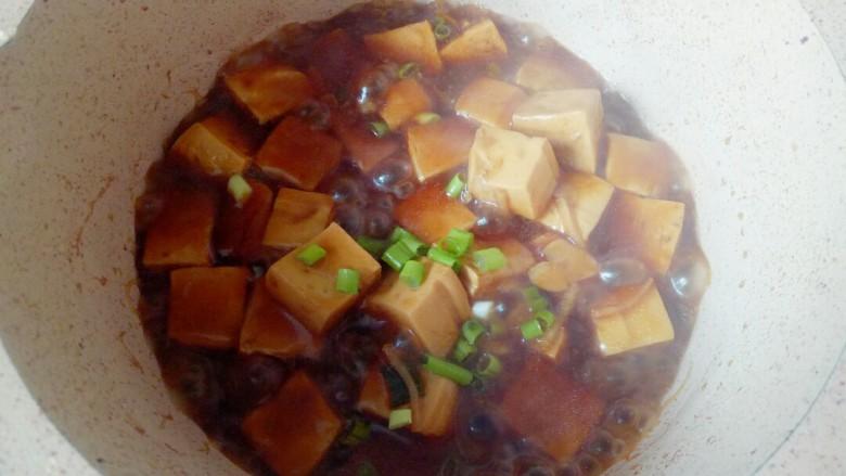 家常烧豆腐,出锅前撒些葱花