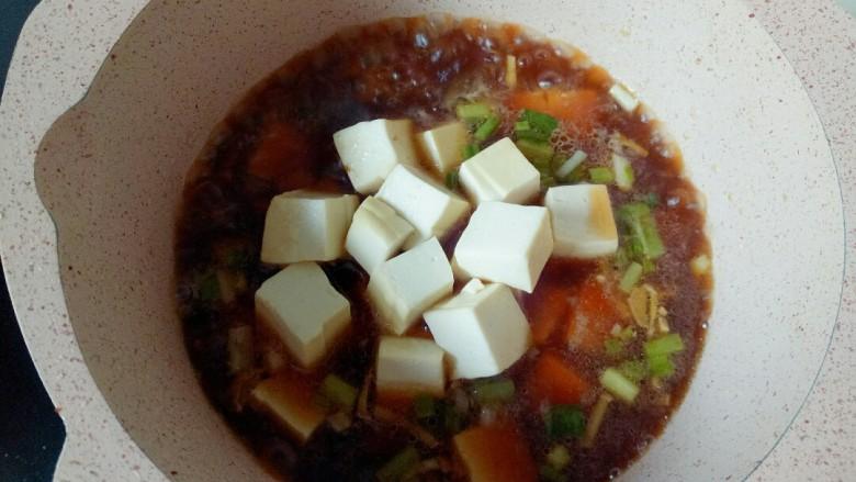 家常烧豆腐,放入焯水的豆腐块,焖煮几分钟