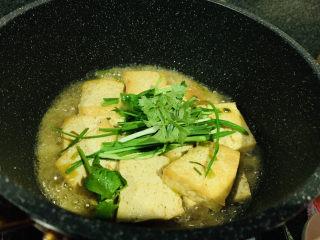 家常烧豆腐,撒上芹菜和蒜叶,翻炒