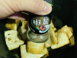 家常烧豆腐,加少许清水,加椒盐