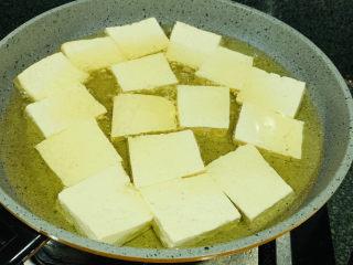 家常烧豆腐,热锅,7层热时,加豆腐