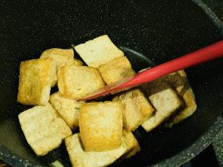 家常烧豆腐,翻炒均匀