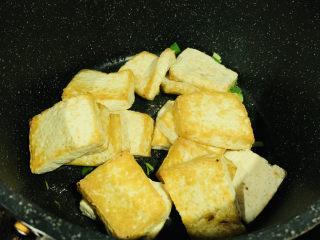 家常烧豆腐,加入炸好的豆腐