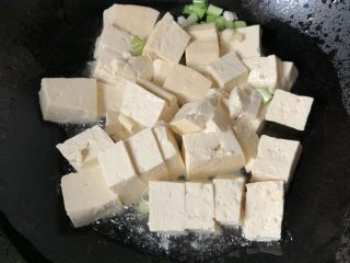 家常烧豆腐,放葱