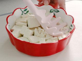 豆腐蒸蛋,将豆腐切块,放入碗中压碎