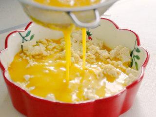 豆腐蒸蛋,当蛋液稀疏后,过筛网,淋到豆腐上