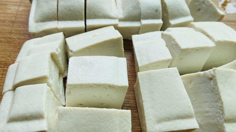 家常烧豆腐,豆腐清洗一下切成块