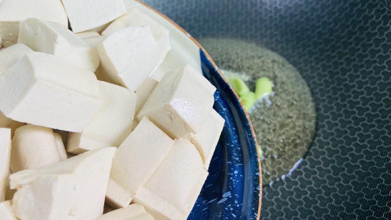家常烧豆腐,放入豆腐
