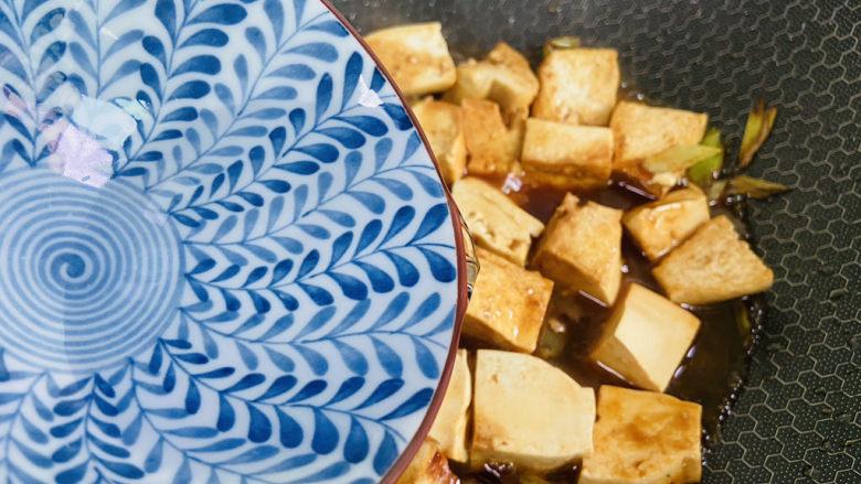 家常烧豆腐,加入小半碗热水