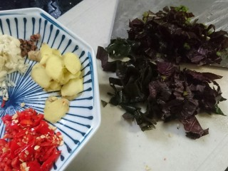 爆炒小龙虾,紫苏洗净切碎