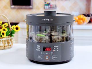排骨藕汤,盖上锅盖,把蒸汽电饭煲的水箱加入纯净水。