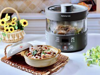 排骨藕汤,把煲好的汤,盛到碗里就可以享用了。