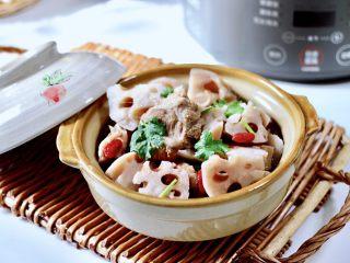 排骨藕汤,粉嫩粉嫩的藕块,汤汁鲜香浓郁又营养丰富。