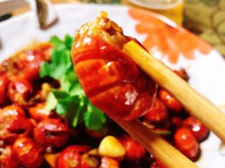 麻辣小龙虾尾拌面,虾尾吃起来也很方便,完全可以不用上手